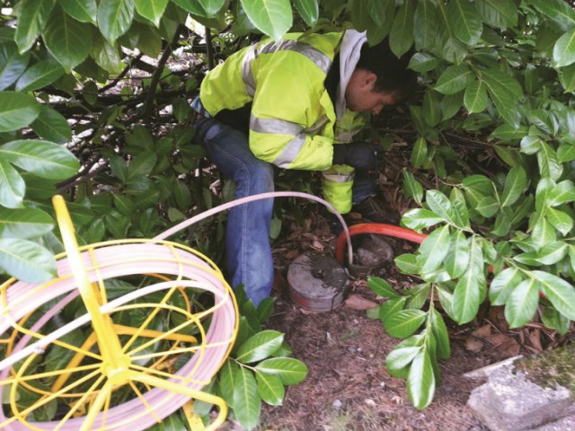 An Electro Scan technician with the ES-38 for sewer laterals and plug, scanning private laterals in Surrey, BC.