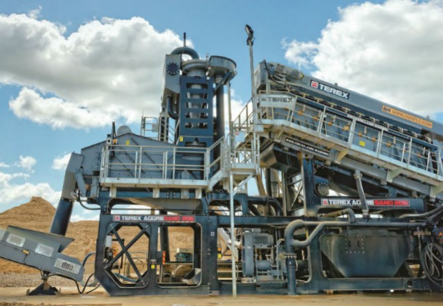 The AggreSand system combines aggregate washing and screening with sand processing on a modular chassis.