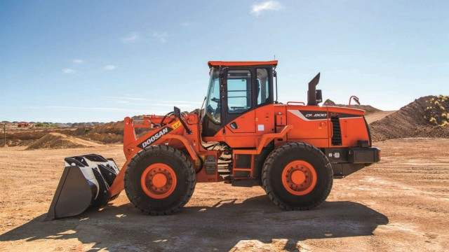 On the DL200-5  wheel loader operators can select between three power modes that adjust the maximum engine rpm.
