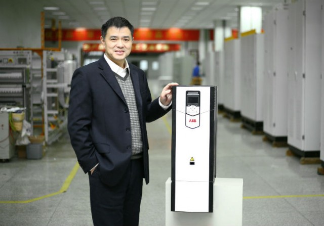 The 10 millionth ABB drive and Mr. Gu Yi, vice president of Wuhan Guide Electric Group Co., Ltd.