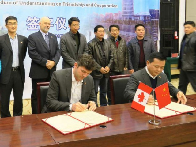 Edmonton Mayor Don Iveson and Lichuan Mayor Zhang Tao sign a   Memorandum of Understanding on Friendship and Cooperation between their two cities in Lichuan on January 8, 2016.