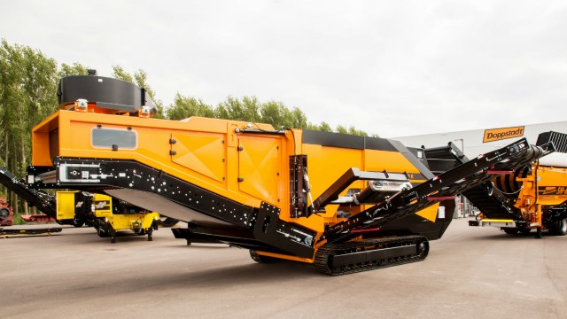 The development of the Doppstadt wind sifter WS 2000 K - Taifun is a top-of-the-range innovation. It is the only mobile wind sifter worldwide with a 2 m large working surface, which can separate the input material into four fractions.