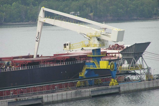2000 Series / Model 21382 E-Crane on Rails Unloading Panamax Ships