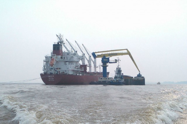 3000 Series / Model 30382 Barge Mounted E-Crane Barge-to-Ship Midstream Transfer Operation