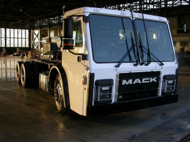 Mack Trucks showcased a Mack LR model retrofitted with the Wrightspeed Route 1000 powertrain in booth no. 1327 at WasteExpo 2016. Mack is the first OEM to evaluate Wrightspeed technology within a Class 8 refuse vehicle.