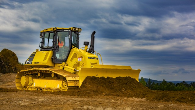The D61EXi/PXi-24 intelligent machine control system allows automated operation from heavy dozing to fine grading.