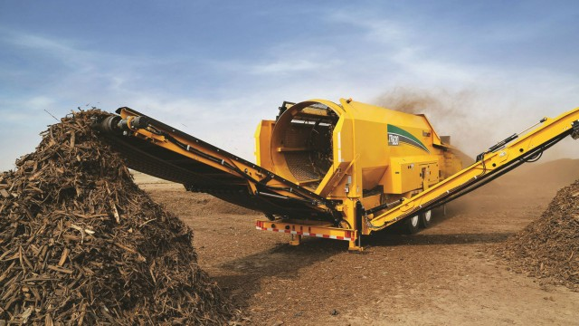 Vermeer's TR 620 trommel is ideal for processing compost, mulch and topsoil, as well as biomass and aggregate material, or for pre-screening wood waste.