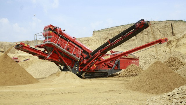 The Terex Finlay 674 is a compact easily transportable machine that offers operators rapid set up and tear down times.