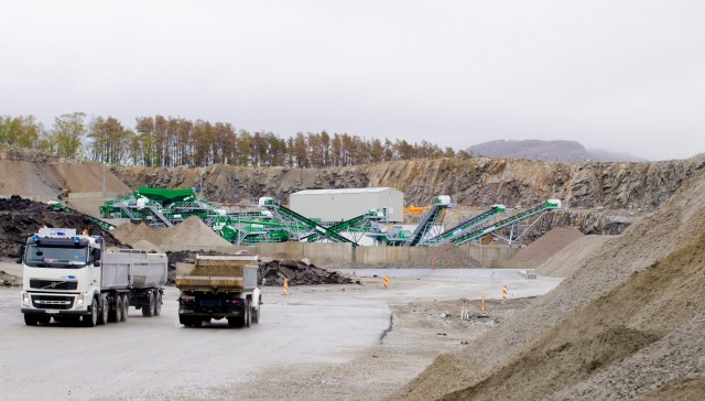 As well as processing C&D waste received at the Sandnes quarry, Velde Pukk's CDE plant is processing overburden from the company's hard rock quarry operations at the same site.