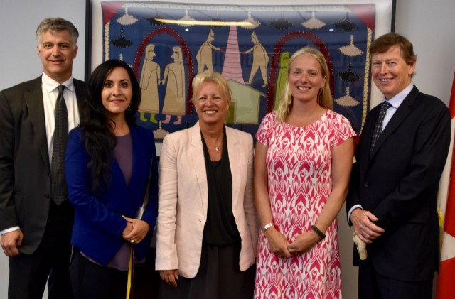 Minister of Environment and Climate Change, Catherine McKenna, meets with members of the Expert Panel who will be reviewing environmental assessment processes. (CNW Group/Canadian Environmental Assessment Agency)