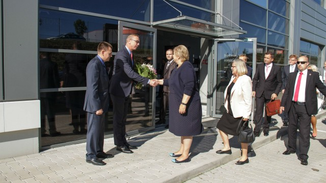 TOMRA president and CEO Stefan Ranstrand (with flowers) welcomed Norwegian Prime Minister Erna Solberg to the company's Slovakian manufacturing facility.