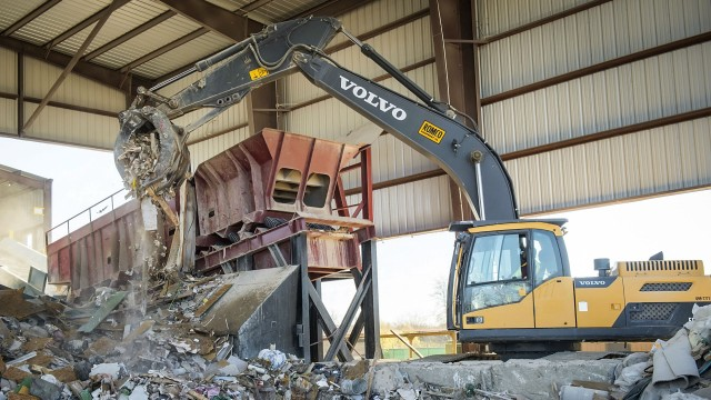 The Volvo EC250D excavator features high digging and lift forces and quick swing performance to push and load the material with outstanding efficiency.
