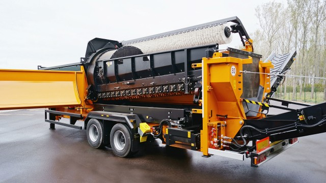 Star screen system mounted into a trommel screen SM 518 Plus: The trommel can be exchanged quickly and easily without tools for a star screen deck.