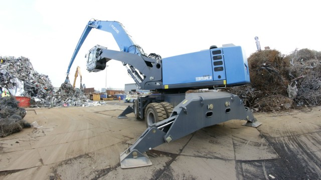 The new Fuchs MHL390 F material handler features standard operating weights ranging from 76.2 to 87 t, and offers up to a 22-m reach for large scrap yards.