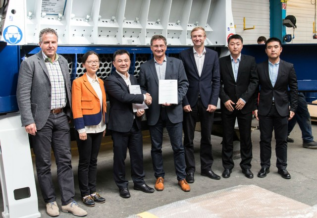Within the framework of a tour of the plant at Lindner's headquarters in Spittal/Drau, Austria, Manuel Lindner, Managing Director of Lindner Recyclingtech (center), and Jay Yuan, General Manager of JONO, sealed the recently signed distribution and service contract with a handshake. – © Lindner-Recyclingtech GmbH