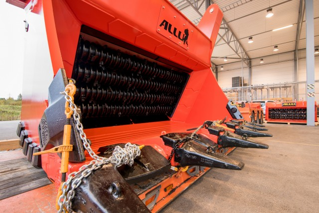The heavy-duty ALLU G 4-32 F screener crusher has a payload of over 55 tons (50 metric tons).