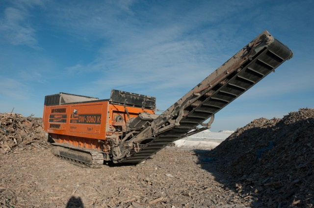 Lorass' new Doppstadt 3060-K is highly resistant to contaminants like steel and rock, practically eliminating the need for pre-sorting waste. Plus, its single shaft design and Mercedes-Benz diesel motor are capable of handling materials that are nearly impossible to shred.