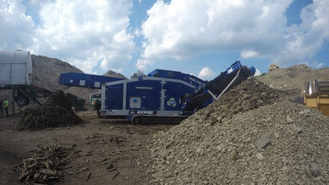 EDGE Innovate MC 1400 tracked material classifier