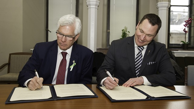 Minister Carr and Minister Bilous sign a memorandum of understanding between Natural Resources Canada and the Government of Alberta on February 13, 2017 in Ottawa.