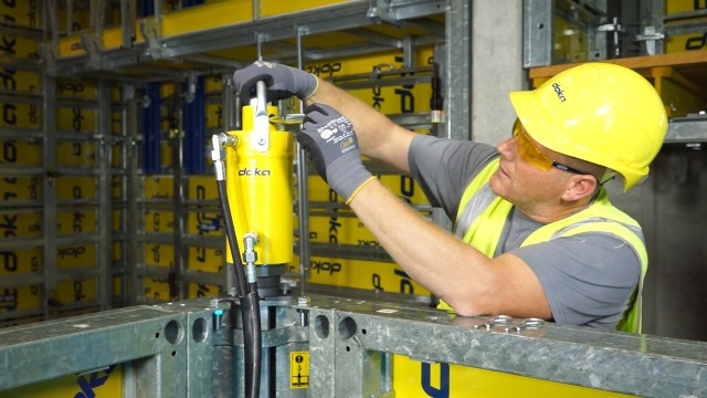 With Doka Framax Xlife stripping corner all retracting or expanding formwork can be done by one worker
