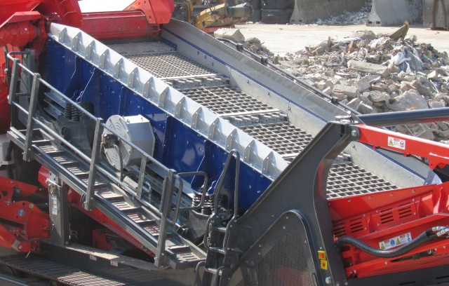 The EDGE FreeFlow Screen provides a highly efficient screening solution for sticky, moist materials with a high percentage of fines and is ideal for the processing of compost, wood, skip waste, trommel fines, construction and demolition waste and incinerator ash.