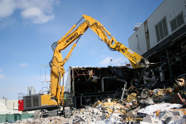 The 220,000-pound KOBELCO SK1000DLC Large Building Demolition machine offers flexibility with a variety of attachments for job-specific strength and reach capabilities.
