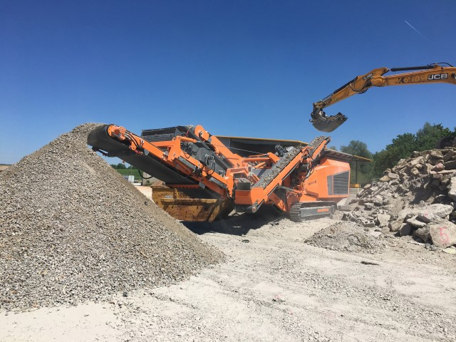 The Rockster R1000S mobile impactor crushing concrete.
