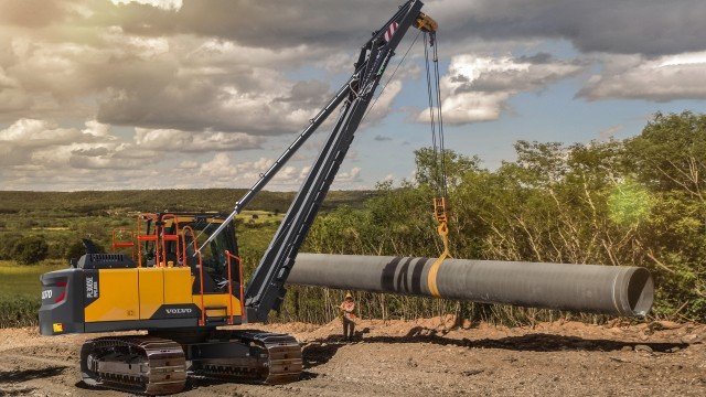 New pipelayer gives increased power and lifting capacity