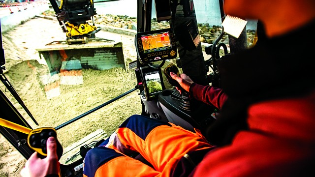Advances in software and cloud services, such as Leica iCON site and Leica ConX, provide operators with increased control and improved accuracy as well as a streamlined flow of digital data throughout the project.