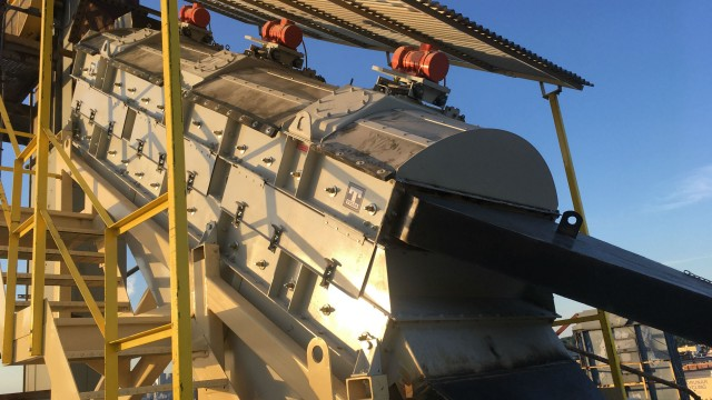 Vibrating screen processes fines efficiently