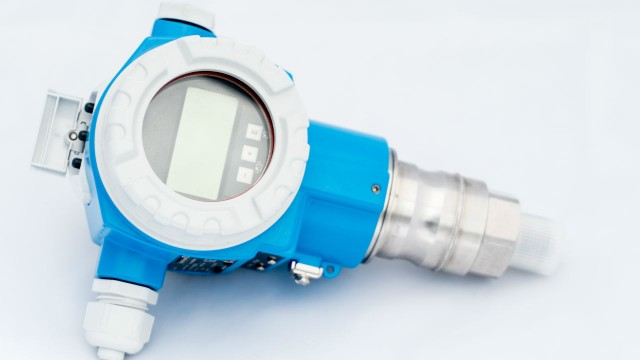 Pressure transmitter consumes less power during operation