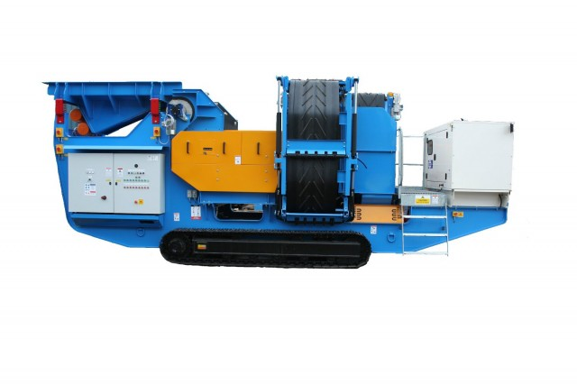 The Steelweld Strobe comes on crawler tracks, with an on-board diesel generator and hydraulic power pack, allowing for easy site maneuverability and the ability to move the plant to the material.