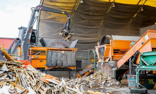 The DW 308 Rhino from Doppstadt shreds a wide range of waste material from industry, commerce and households, including C&D, organics and railway sleepers, green waste, logs and roots.