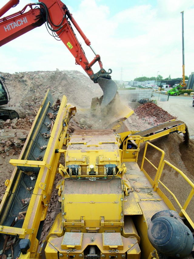 The Keestrack R5e 12.5 t crusher unit is driven via a transfer case directly by the on-board diesel engine and develops high crushing efficiencies on account of the heavy rotor (5100 kg, B/Ø: 1000 /1260 mm).
