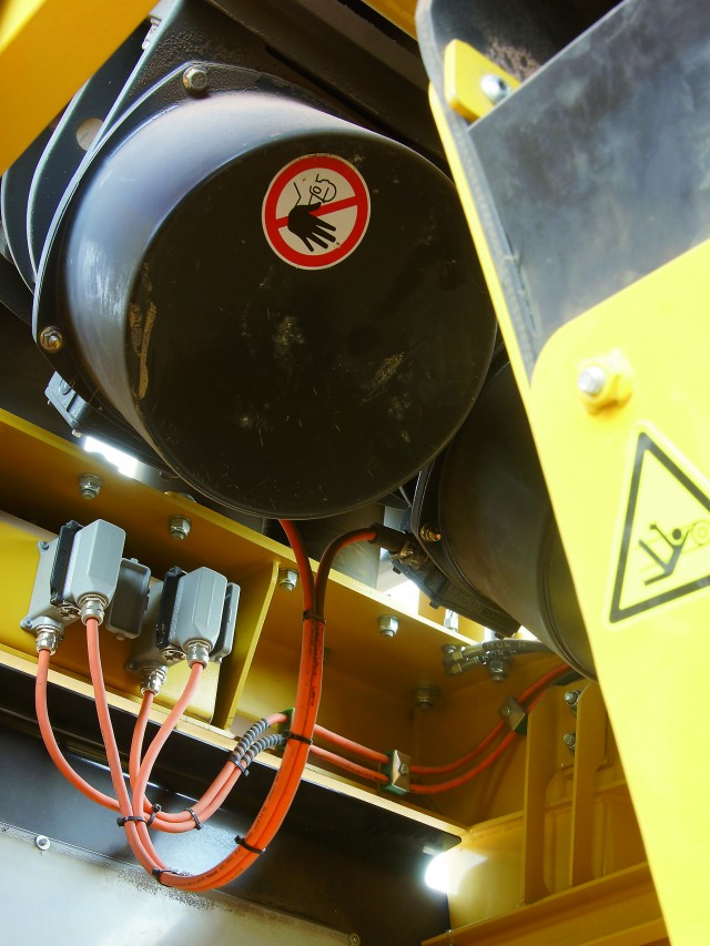 The 5 m³ vibrating pan feeder of the Keestrack R5e is activated by to electrical 3.5 kW unbalance motors.