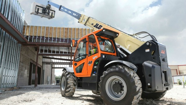 Optional SmartLoad technology is available on the JLG 1644 high-capacity telehandler.