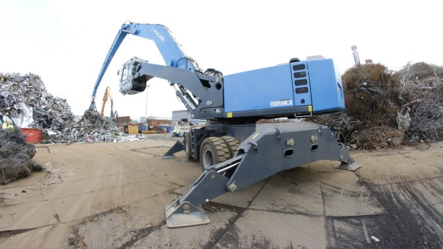 Fuchs' 390 F model is purpose-built to deliver long reach and high lift capacities and is the largest and most productive machine in the Fuchs product line.