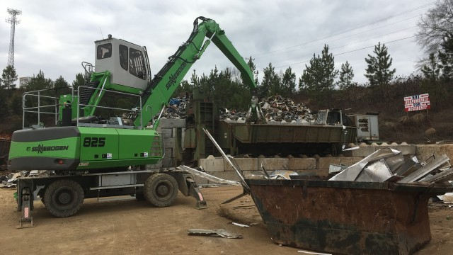 Loading their 750-ton logger/baler/shear is a primary responsibility of CRC's new SENNEBOGEN 825 scrap handler.