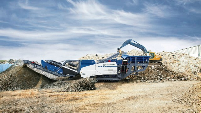 Kleemann's MR 130 Zi EVO2 and MR 110 Zi EVO2 mobile impact crushers can be equipped with optional, highly productive secondary vibrating screen with extra-large screening surface mounted on the discharge conveyor.