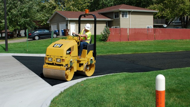 Typical applications for Caterpillar's CB1.7 and CB1.8 utility compactors include: bike paths, courtyards, patchwork, parking lots, driveways, town centres, and shoulder work.