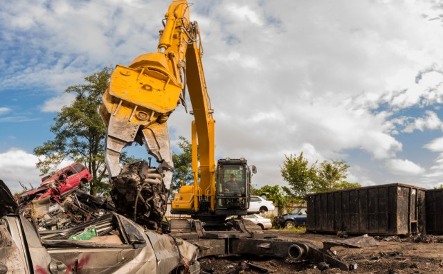 Kobelco dismantling units are engineered with a heavier frame, turntable, bearing, counterweight and additional boom and arm reinforcement compared to a standard excavator.