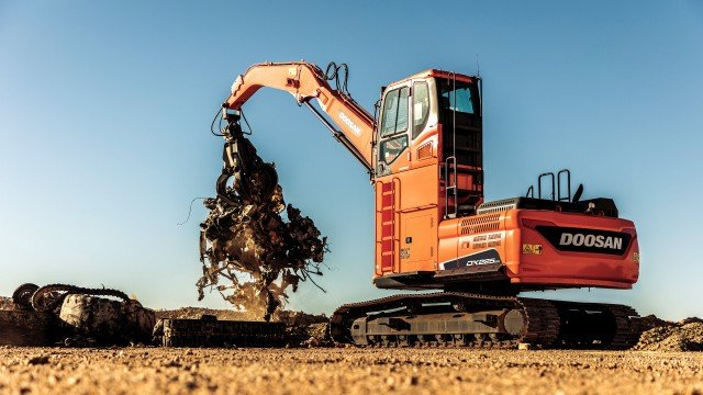 Doosan exhibit at ISRI 2018 displaying new DX225MH-5 material handler and latest industry-specific wheel loader