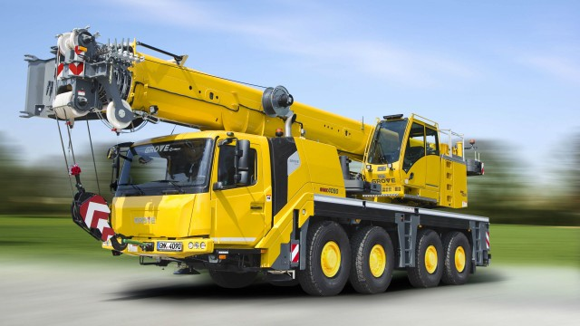 The 90 t (100 USt) capacity taxi crane has the strongest taxi load chart in its class and can easily maneuver on narrow job sites because of its compact design.