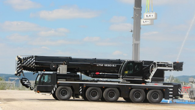 Liebherr unveils the five-axle LTM 1230-5.1 at its customer days in Ehingen.