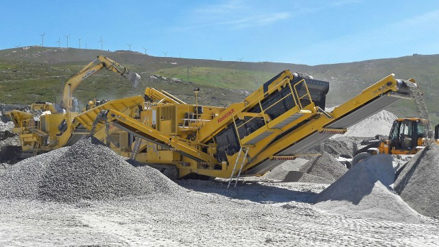 Operating as secondary crusher, the Keestrack H4e with its unique 3-deck hanging screen guarantees high productivity with up to four defined fractions.