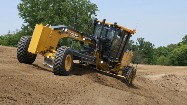 John Deere introduces first fully integrated, mastless grade control motor graders