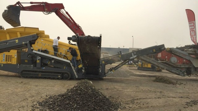 A Rubble Master HS7500M screen processing material into several sizes.