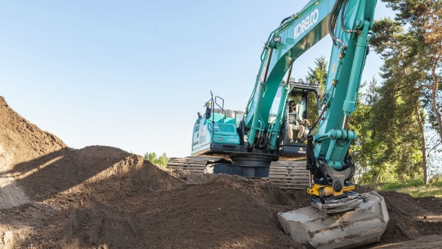 Engcon tiltrotators on Kobelco excavators are now more capable thanks to a team effort that also included Leica Geosystems.
