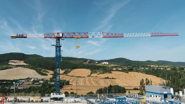 The new 21LC1050 tower crane has a maximum reach of 80 metres and has a new counterjib design with 6 different configurations.