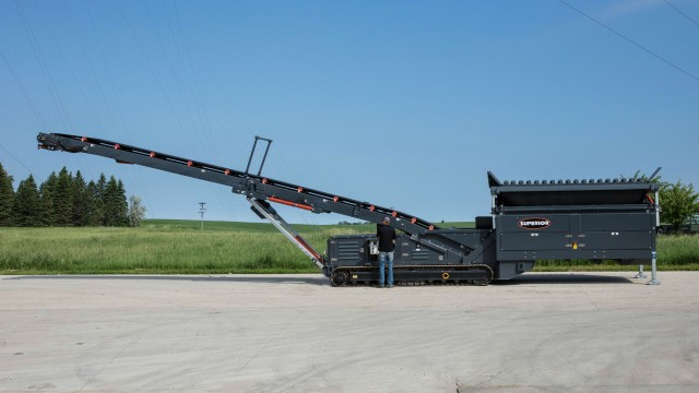 The 8x16 tracked portable feed hopper processes up to 800 TPH (725 MTPH) from an 8-cubic-yard, reinforced hopper.